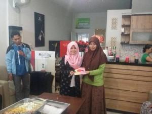 Auner Cafe CNR, Cindy Darma Navyta, sedang Memotong Kue Peresmian Cafenya. (foto.cin)