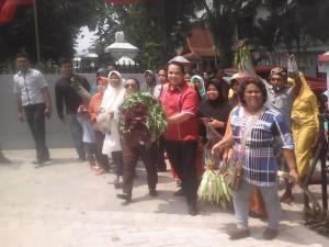 Dosen UIR Abu Bakar Sidik Bersama Warga Mendaftar Menjadi Bacalon Wakil Walikota Pekanbaru, (foto.kel)