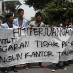 Massa HMI-P sedang Mendemo Dikantor Walikota Pekanbaru (foto.her)