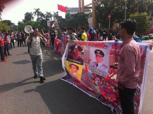 Puluhan Massa Mengelar Aksi Di Kejati Riau Tuntut Trio Rachman
