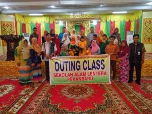 Murid dan Kepsek Sekolah Alam Lentera Pekanbaru foto bersama acara Outing Class di Lembaga Adat Melayu Riau