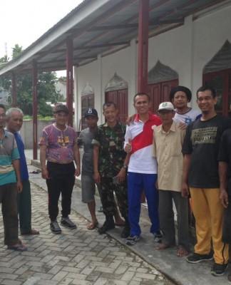 Ir. Nofrizal MM Calon Walikota Pekanbaru Tampak Akrab Dengan Warga melakukan Kerja Bakti (foto.hms)