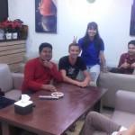 Pemilik Cafe CNR foto bersam dengan Pelanggan