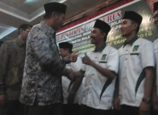 Ketua Badan Otonom Bulan Sabit Merah Bulan Bintang, Sarwan Kelana,S.Ud Bersalaman dengan Walikota Pekanbaru, DR.H.Firdaus ST.MT