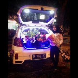 Windra Pricindi Anatasia sedang membeli bunga di jalan Sudriman
