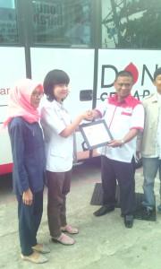 Ketua PW Pemuda BB Riau Syafril Koto Penyerahan Penghargaan Kerjasama  kepada PMI dr. Rahmi
