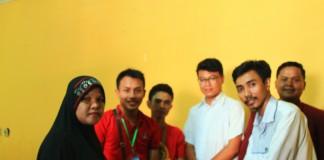 Bung Sarwan Kelana, selaku Alumni menyerahkan Sumbangan kepada Pengasuh Panti didampingi para Pengurus BEM (foto: Fauzan)