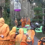 para-pegawai-brk-sedang-menikmati-keindahan-taman-pak-muslim