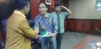 Dr.Afrizal Nur, sedang menerima SK dari Kementerian (foto: Af)