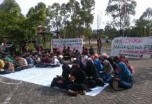 Terlihat Puluhan Mahassiwa FU, yang Aksi membaca Al-Quran di depan Fakultas. berharap agar Akhlah Pejabat Fakultas seperti Akhlakul Quran. (foto:rls)