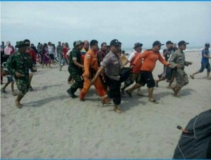 foto :Proses evakuasi Fajar warga Duri yang hanyut terbawa ombak Pantai Arta, Padang Pariaman kemarin