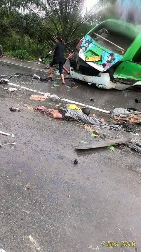 Tubuh Seorang korban yang terlindas Putus. (fotio:fb)