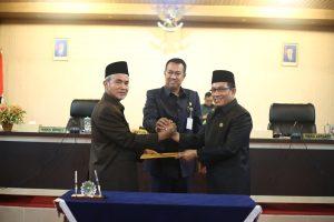 Wakil Bupati meranti dan Ketua DPRD MEranti mensahkan APBD (Foto:kabmeranti)