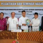 Ketua HIPMAM menerima Buku dari H Rusli Effendi dan di saksikan oleh Kepala BAPPEDA Meranti serta H Abdul Gafar usman dan Aktifis 98 Syamsuria. (Foto:rif)