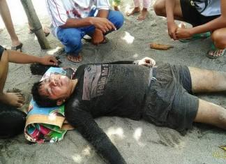 foto :Salah satu korban selamat yang masih dalam keadaan lemas di Pantai Arta, Kecamatan Sungai Limau, Kabupaten Padang Pariaman