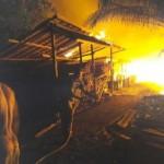 foto:Api saat membakar Pos Airud milik Polres Inhil, Selasa (20/12/2016) malam