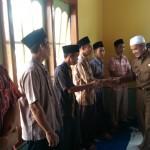 Wakil Bupati bersalaman dengan Warga dan jamaah usai Maulid Nabi. (foto:hms)
