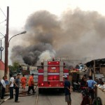 Foto:Kebakaran dekat pabrik kimia
