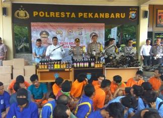 foto : Kapolresta Pekanbaru, Kombes Pol Susanto dan Wakapolresta Pekanbaru, AKBP Ady Wibowo serta sejumlah Kasat saat ekspos hasil Operasi Cipkon sejak 14 Desember hingga 21 Desember 2016 di Mapolresta Pekanbaru, Kamis siang (foto:goriaucom)