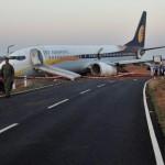 FOTO :Pesawat yang membawa 161 penumpang dan awak tergelincir hingga keluar landasan. Indian Navy/Indian Ministry of Defence/Reuters