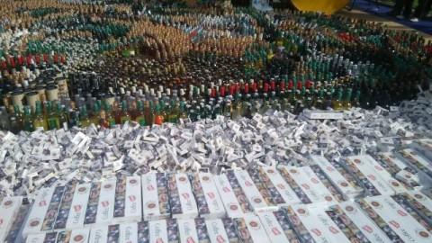 foto : Barang bukti miras dan produk ilegal yang dimusnahkan/MTVN/Renatha Swasty