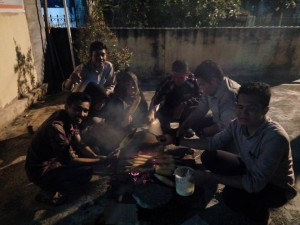 Bakar jagung pengurus ICMI Muda Pekanbaru, kompak (Foto: azizah)