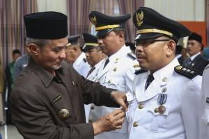 Wakil Bupati Meranti memberikan Penyematan PIN Tanda Jasa. (Foto:hms)
