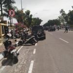 Foto:di sepanjang Jalan Jendral Sudirman sampai di Jalan Gajah Mada kota Pekanbaru. Terlihat banyak sekali pengendara sepeda motor dan mobil yang memarkirkan kendaraannya secara sembarangan dijalur sepeda yang sebenarnya (Foto: Arvian&Angga)