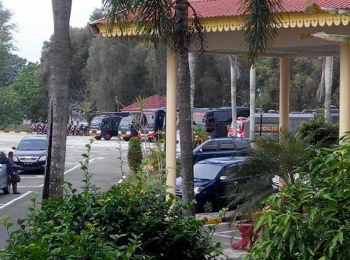 foto:Puluhan kendaraan polisi tampak standby di halaman gedung DPRD Riau.
