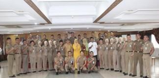 Kepala BKD Kota Pekanbaru Dra.H. Masria bersama 40 orang mahasiswa tingkat akhir (Wasana Praja) Institut Pemerintahan Dalam Negeri (IPDN)