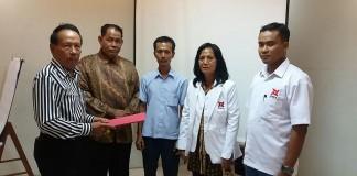 Sekretaris DPD PIKA Riau Abu Hasan Basri, Menyerahkan SK Ke DPC PIKA Pekanbaru. (Foto:Ad)