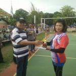 foto:Sekda berkesempatan menyerahkan Tropy kepada para pemenang Kelompok Putra dan Putri