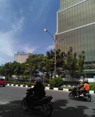 Tampak Lampu jalan yang Hidup di Siang hari Pemborosan. (Foto:Fuat)