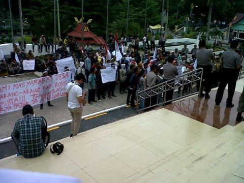 Puluhan Massa terlihat Menyampaikan Aspirasinya kepada Perwakilan Dewan di depan Gedung DPRD Riau (Foto:sk)