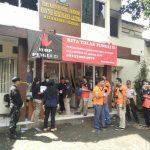 Foto:Tim Labfor Mabes Polri Olah TKP Kantor Kelurahan dan Lokasi Bom Panci