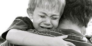 seorang anak memeluk ayah