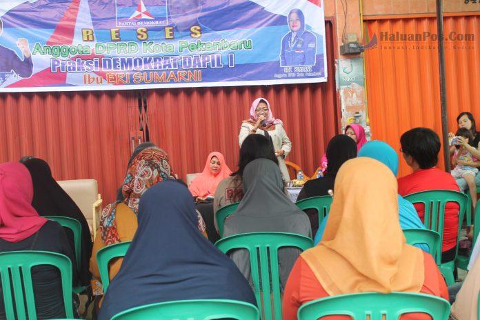 Eri Sumarni sedang Menjawab Pertanyaan dari Masyarakat (FOto: Marzuki)