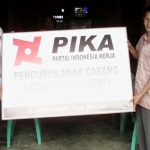Foto ketua dpc pika kuansing Abdul Wahab AM,SH ( baju putih) menyerahkan papan nama ke ketua Pac kec.cerenti