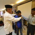 H. Said Hasyim melakukan pengukuhan petugas parkir resmi yang ditandai dengan pemasangan baju