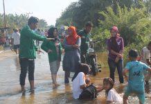 Moh Arief Sedang BErdiskusi Dengan warga Kena banjir (Foto:juki)