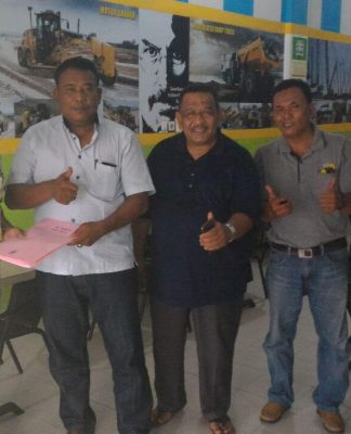penyerahn SK Kabupaten Kuansing Yang diterima langsung ketua DPD Kuansing Abdul Wahab AM, SH yang di serahkan Ketua Dewan Pimpinan Wilayah Partai Pemersatu Bangsa Provinsi riau Drs.Rudi Kuswoyo ( Baju Kotak - Kotak) didampingi pengur DPW lainnya