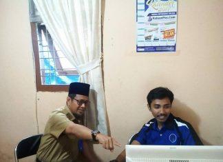 Masrul kasmy sedang Melihat Proses Pemasukan BErita di HPC (Foto.Shalikhin)
