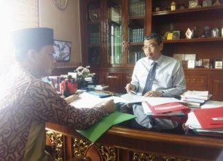 Rektor UIN Suska Riau Prof. Dr. H. Munzir Hitami, MA bersama Sekretaris Umum PP. IKA UIN Suska Riau Khairuddin Al-Young Riau, S.HI, M.Ag usai pertemuan di ruang kerja Rektorat kampus