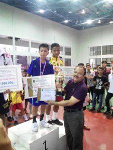 Juara I pada Kejurda Provinsi Riau tahun 2017, Medali Emas Dikalungkan Langsung Oleh Kadis Pora Provinsi