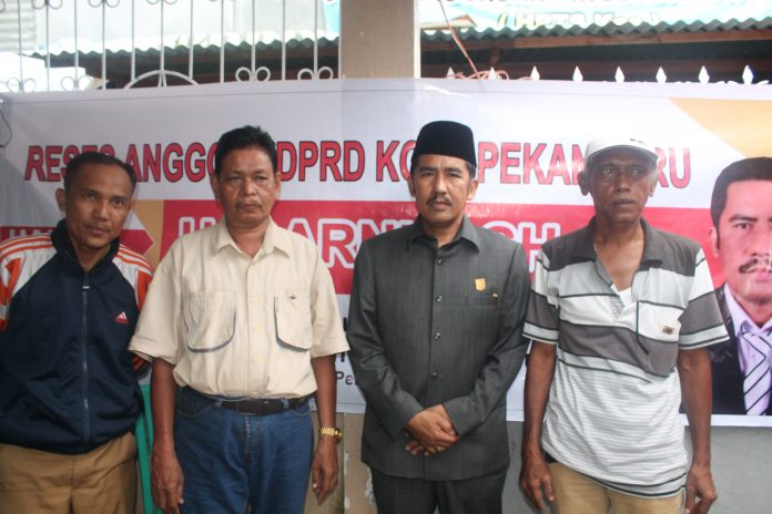 Anggota DPRD Pekanbaru H. Darnil SH Foto Bersama Masyarakat dalam Resesnya