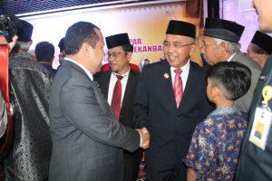 Bupati Irwan Terlihat Akrab Menyalami Gubernur Riau (sar)