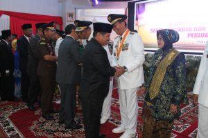 Bupati Irwan Memberi ucapan selamat kepada Bupati Azis Zaenal (sar)