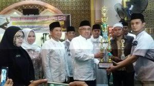 Gubernur Riau Menyerahkan Piala BErgilir MTQ DPRD Riau yang di dampinggi oleh Ketua DPRD bersama Anggota DPRD lainnya.