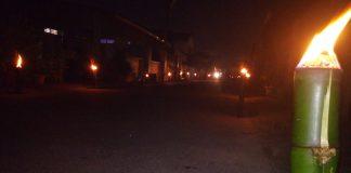 Tampak Sepanjang jalan panda di pasangi Lampu Colok Obor untuk Meriahkan Malam malam Terakhir Ramadhan