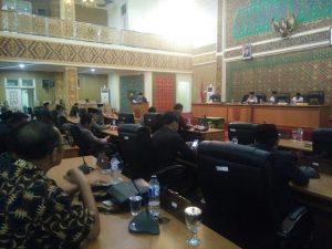 Anggota Dewan pada Saat Suasana Paripurna DPRD Pelalawan Terima Ranperda LPJP APBD 2016